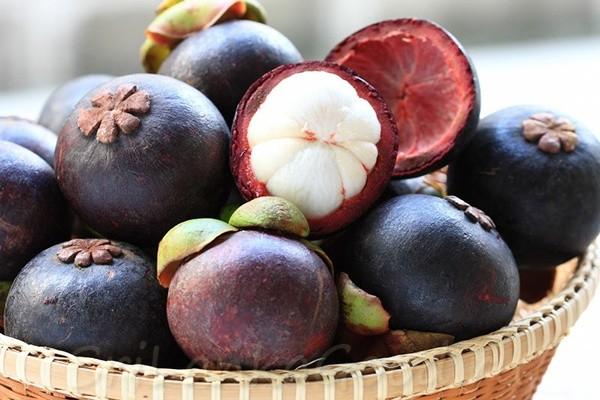 Яркий плоды на тарелке